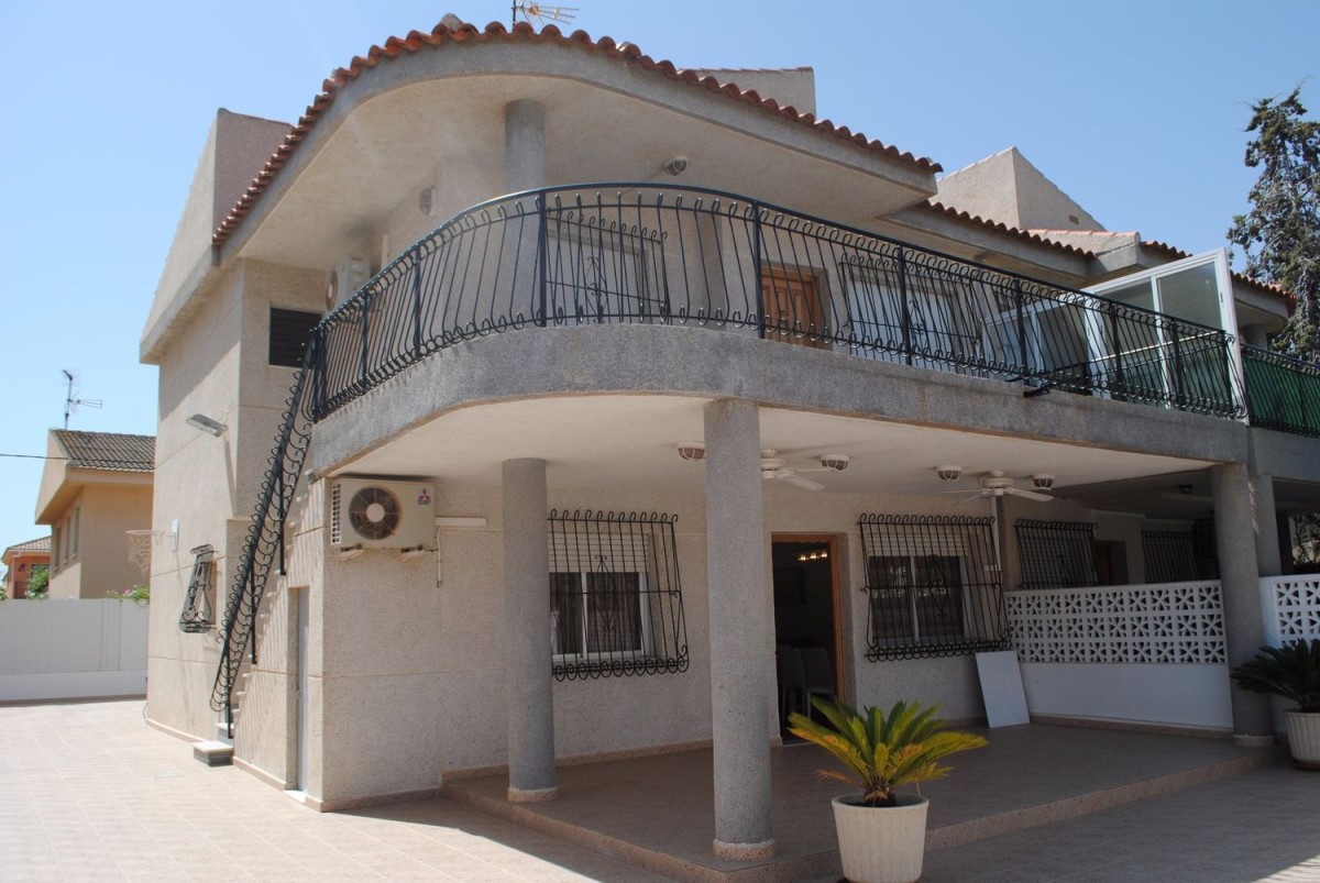 Terraced House  For Sale in  Alcázares, Los