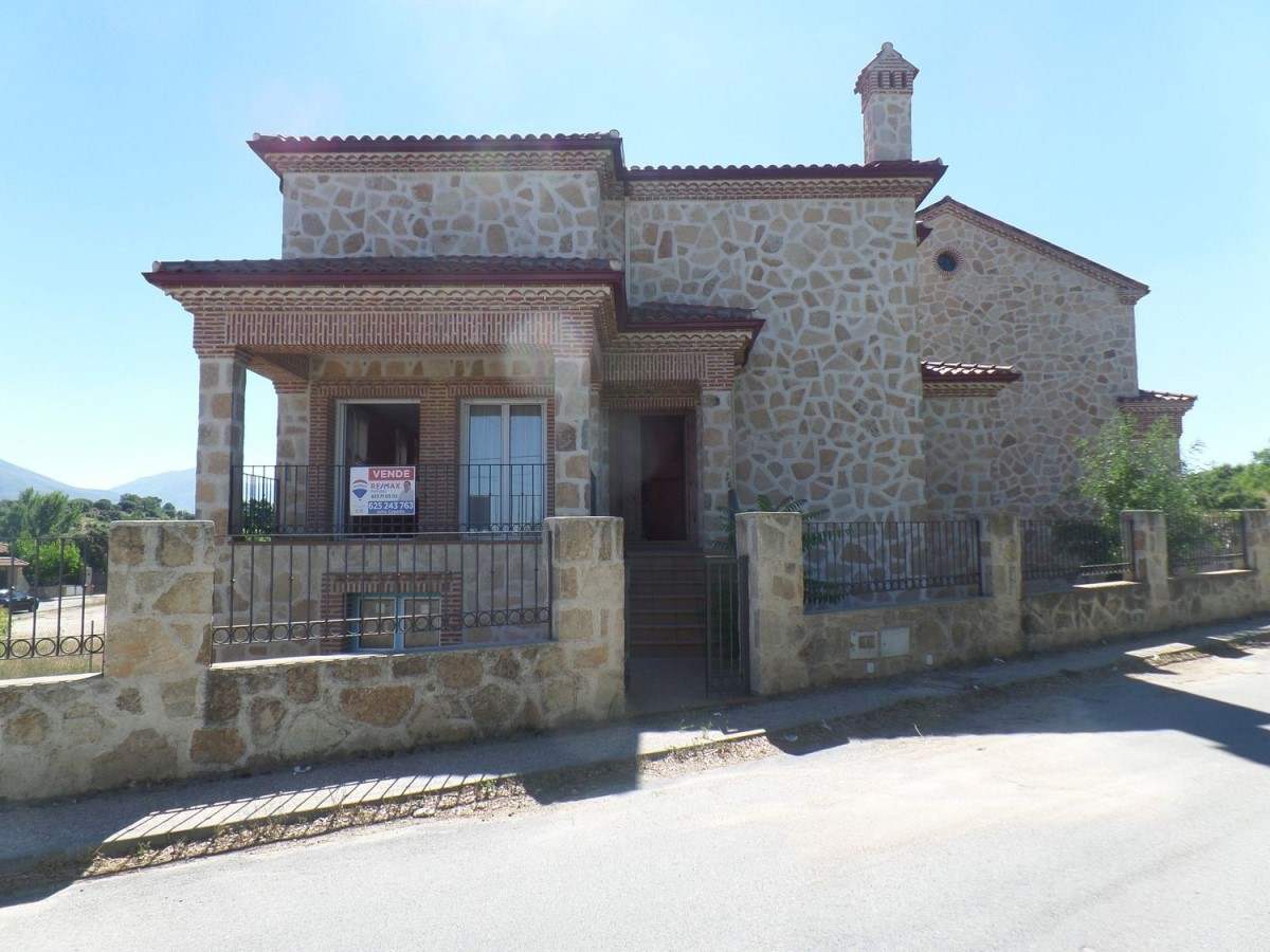 House  For Sale in  Navaluenga