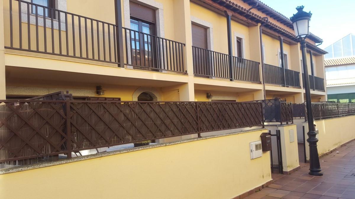 Chalet Adosado en Venta en  Candelario