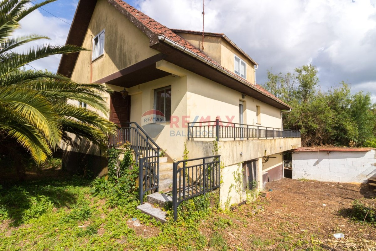 House  For Sale in  O Covelo