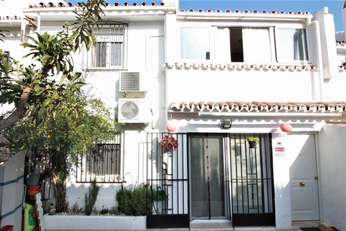 Chalet Adosado en Venta en Benamara-Atalaya, Estepona